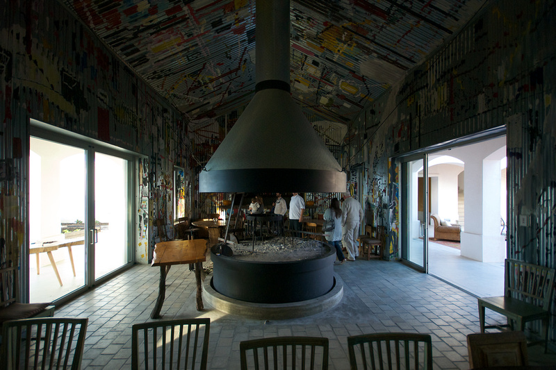 The design of the barbecue house of Estancia Vik is influenced by the New York Metro.